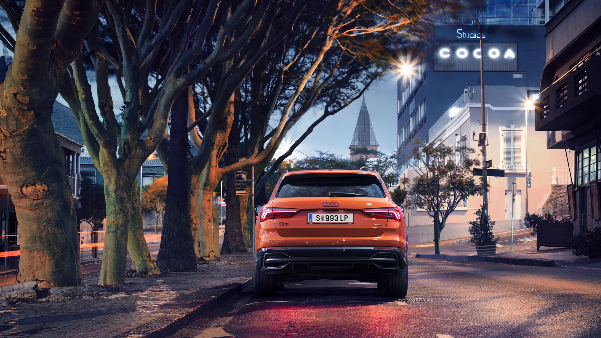 Audi Q3 orange parkt, Heckansicht