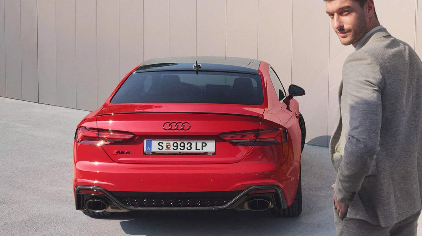Heck eines roten Audi RS 5 Coupé